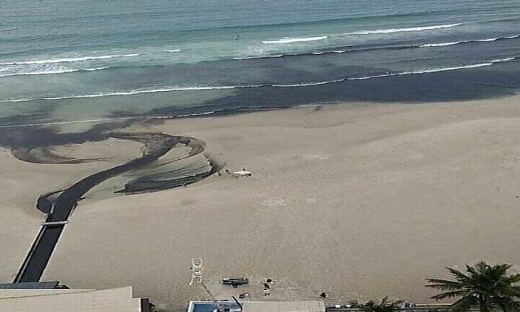 Mancha de poluição na Praia de Pitangueiras