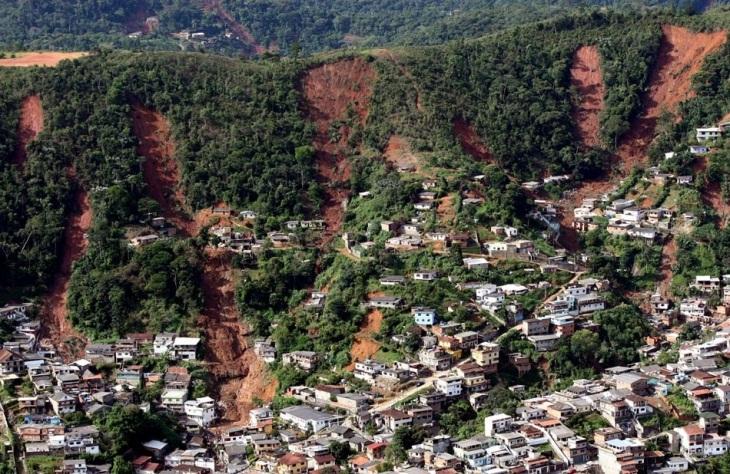 A prefeitura de Teresópolis confirmou a morte de mais 25 pessoas em decorrência da chuva iniciada na noite de terça (11). Só no município, a combinação de chuva e deslizamento provocou a morte de um total de 114 pessoas. Outras 30 pessoas morreram em outr