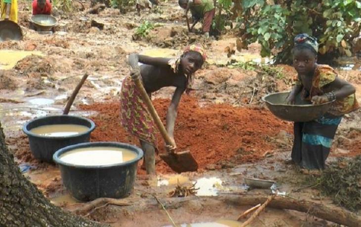 Crianças trabalhando em garimpos na África