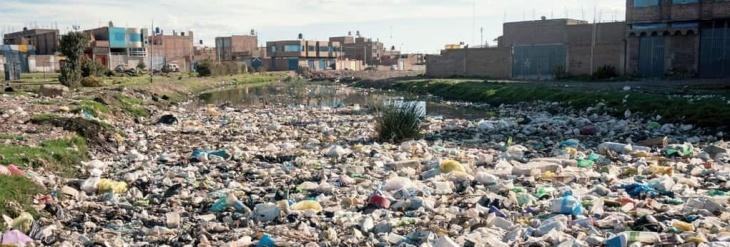 Poluição no Lago Titicaca em Puno