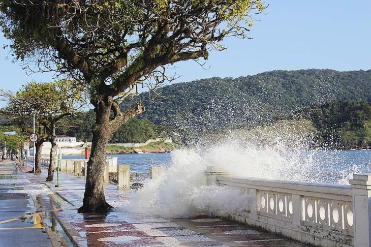 Maré alta na Baixada Santista
