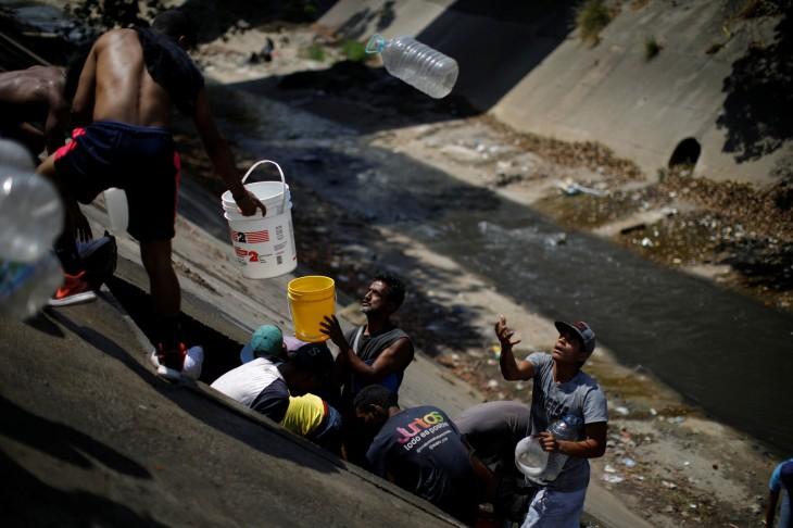 Consumo de água poluída em Caracas