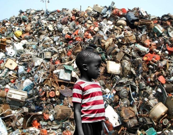 Criança em lixão de Gana