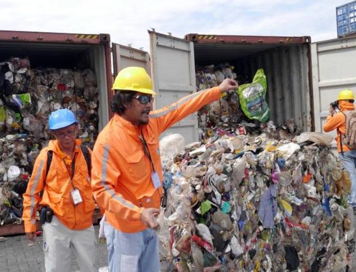 Contêineres com lixo nas Filipinas